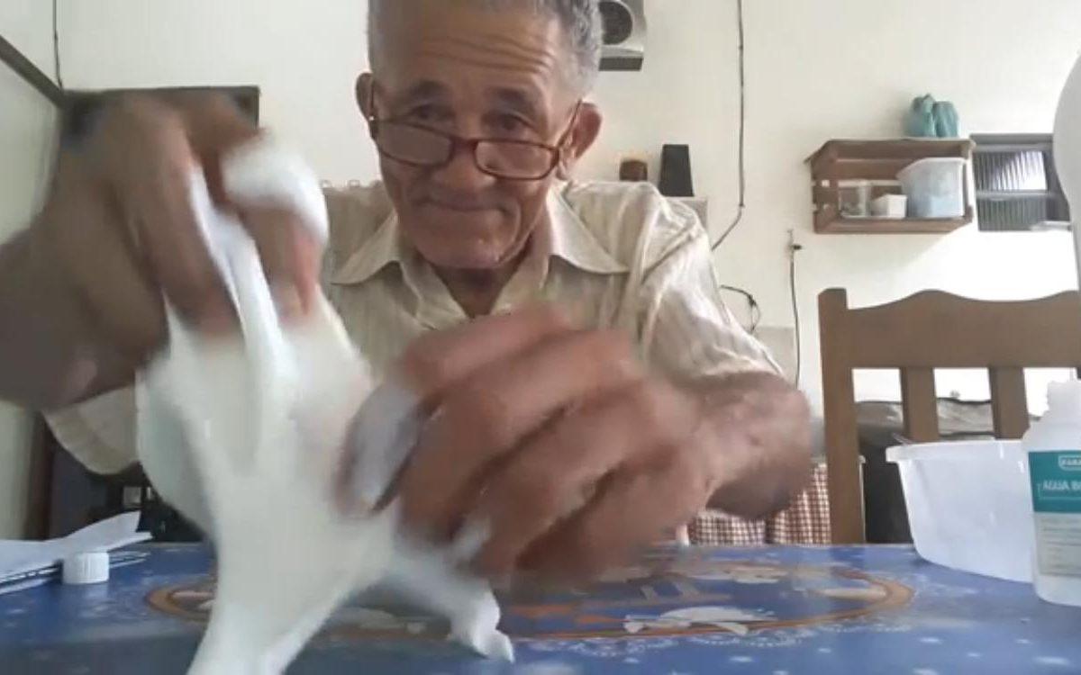 Idoso ensina a fazer slime e vídeo viraliza