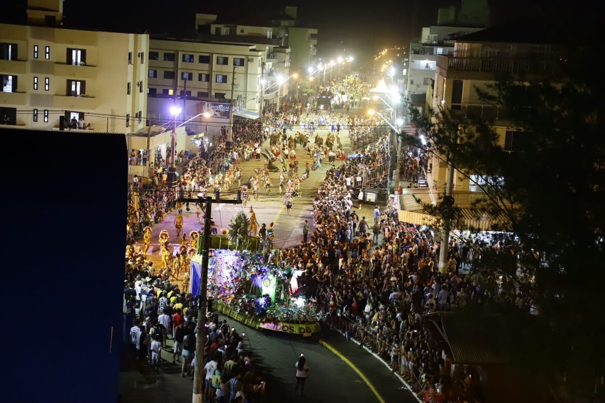 Sucesso total: Grande público marca presença no tradicional desfile do Carnarroio