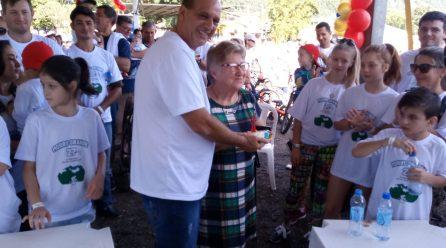 Moradora ilustre recebe primeiro pedaço do bolo