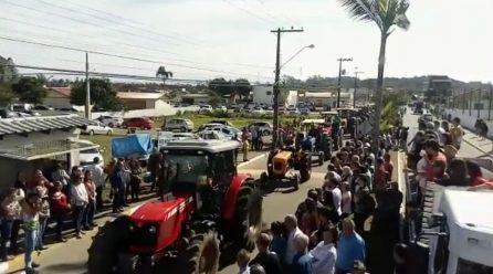 Desfile de máquinas na 28a Festa do Colono