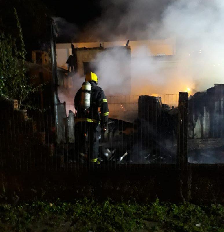 Casa destruída por incêndio na Polícia Rodoviária