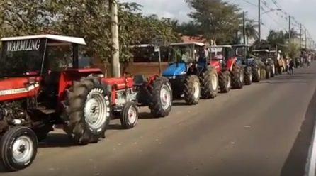 Quase mil tratores desfilam nas ruas de Turvo