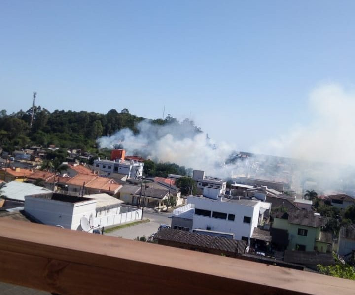 Bombeiros contém incêndio na Vila Batista
