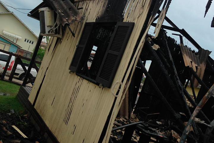 Casa queima praticamente inteira no Centro de Araranguá