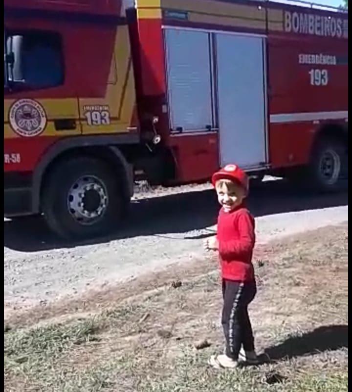 Fã dos bombeiros, menino de 3 anos conhece caminhão da corporação; assista o vídeo