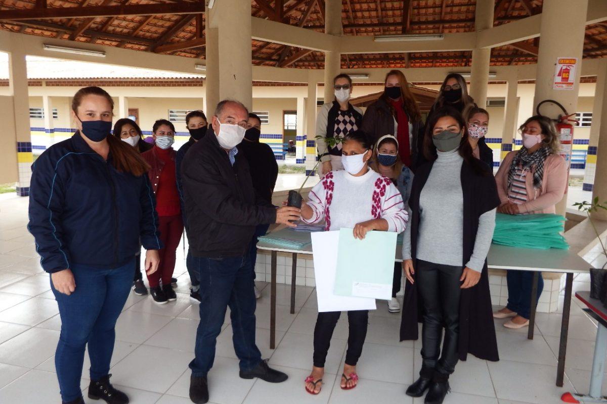 Prefeito participa de entrega de mudas de árvores na Semana do Meio Ambiente