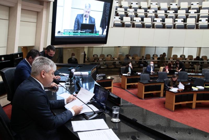 Comissão aprova prosseguimento de impeachment do governador e isenta vice