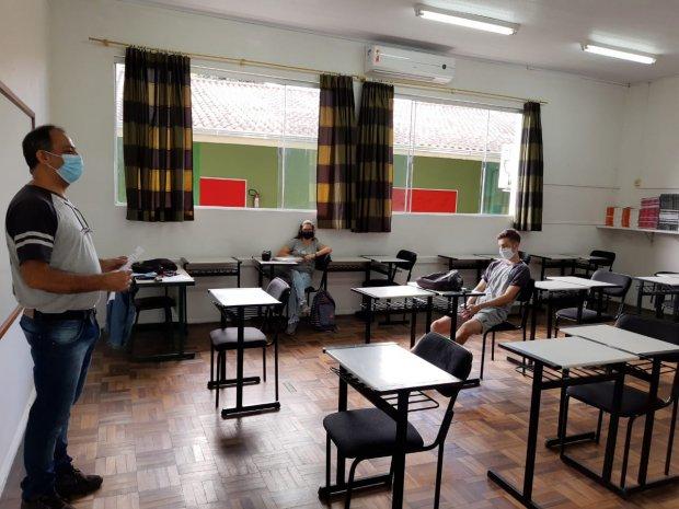 Rede estadual completa um mês de ano letivo com aulas presenciais em mais de 75% das escolas