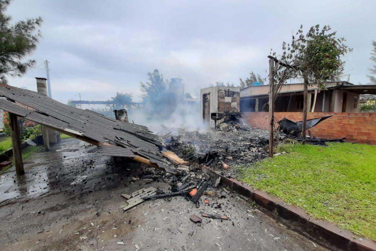 Incêndio destrói casa em Balneário Gaivota