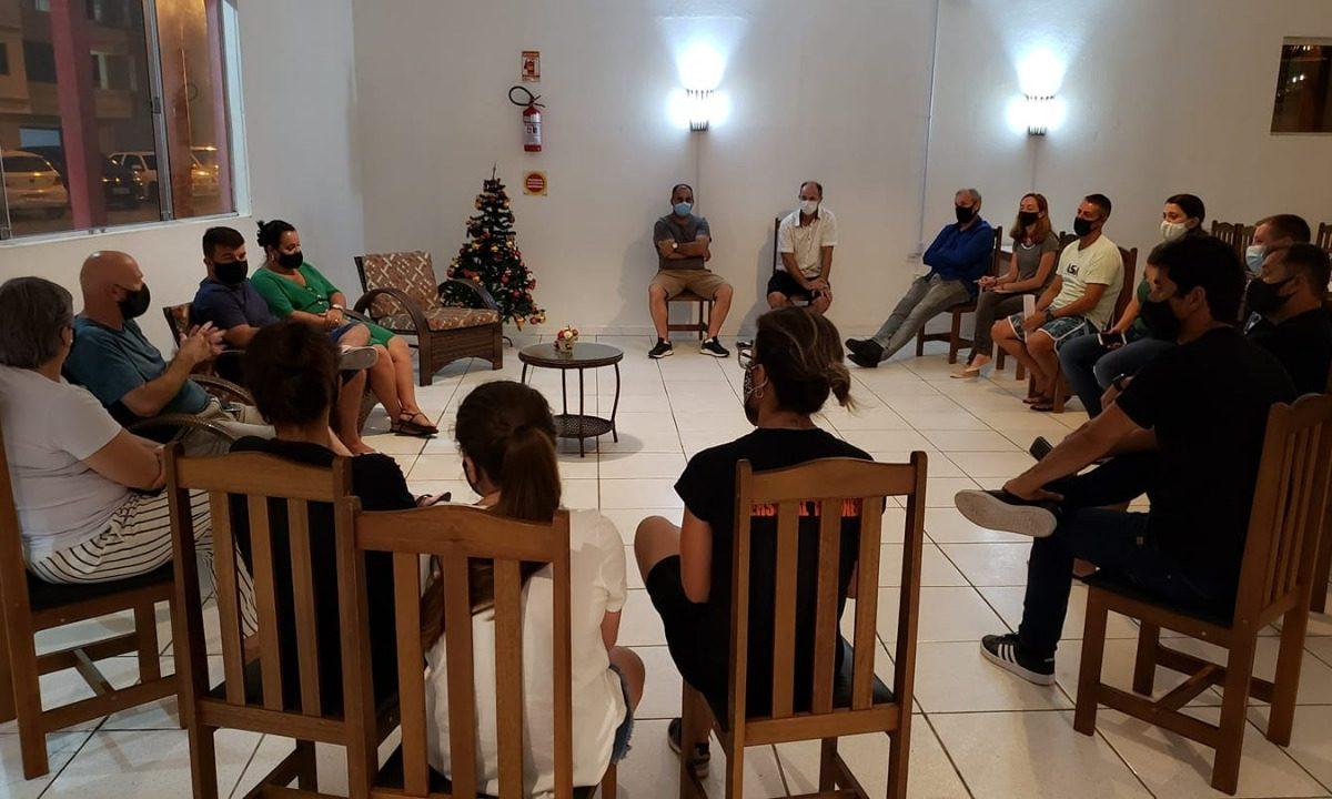 Administração e lideranças reunidas em prol daeducação e conscientização ambiental