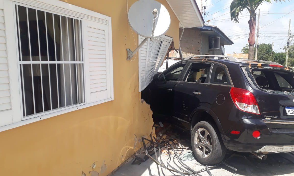 Motorista perde o controle do carro e bate em uma casa