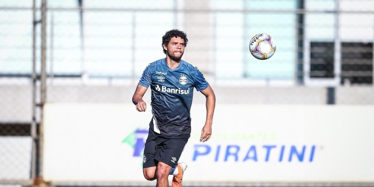 Victor Ferraz e Emanuel apresentam sintomas de Covid-19 e deixam delegação do Grêmio